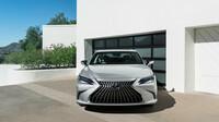 Lexus ES - maska chladiče má nyní menší počet vertikálních žeber a používá upravenou sestavu prvků