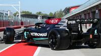 "Lewis Hamilton s Mercedesem během testu 18"" pneumatik"