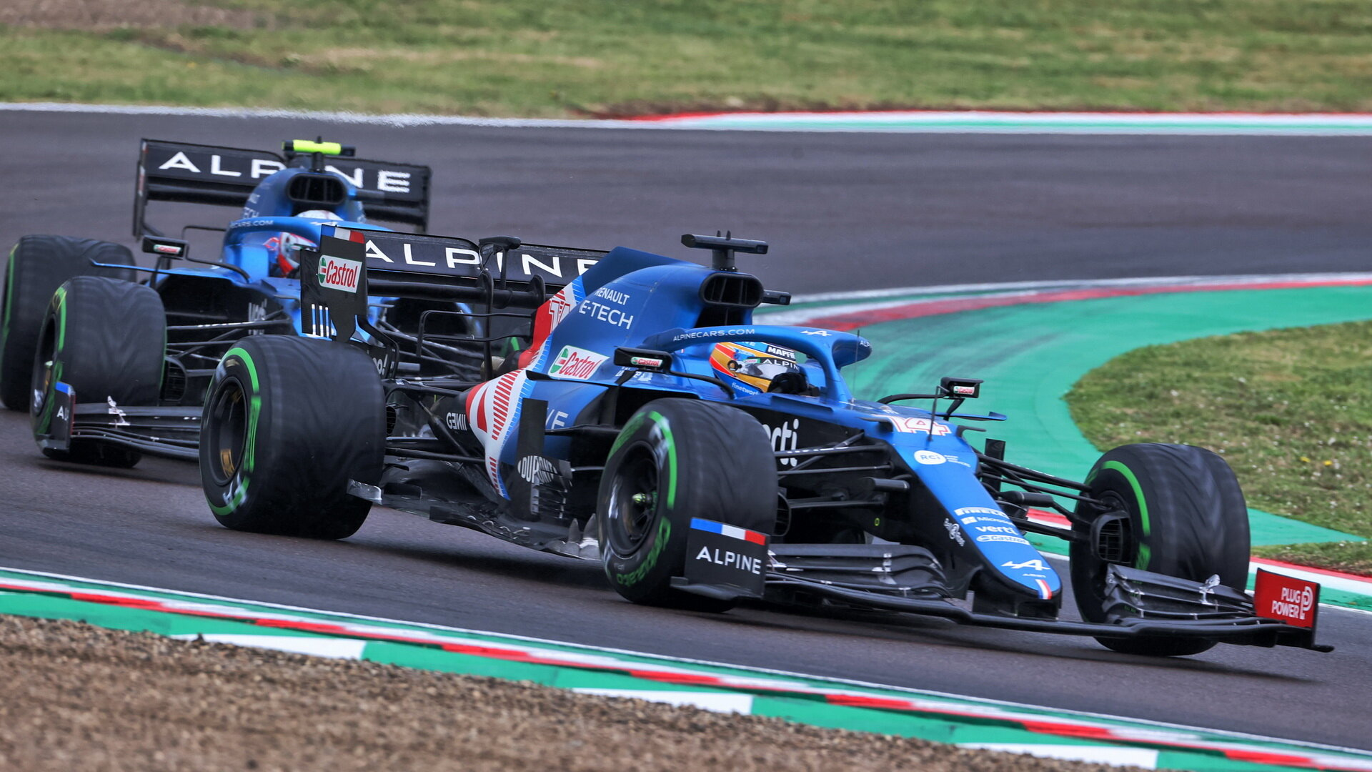 Modré vozy v akci: Fernando Alonso a Esteban Ocon těsně za sebou