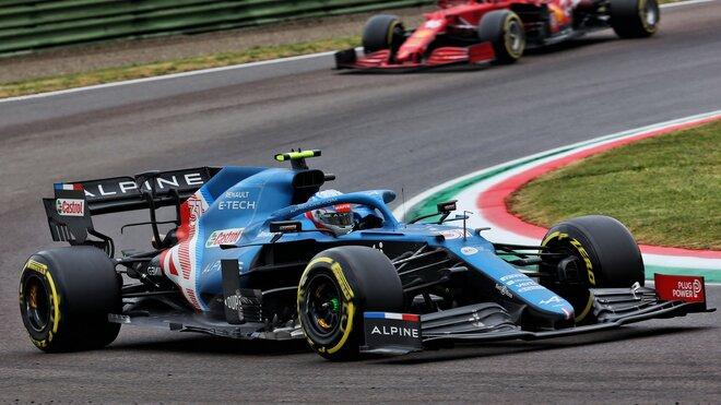 Esteban Ocon v Imole před Ferrari