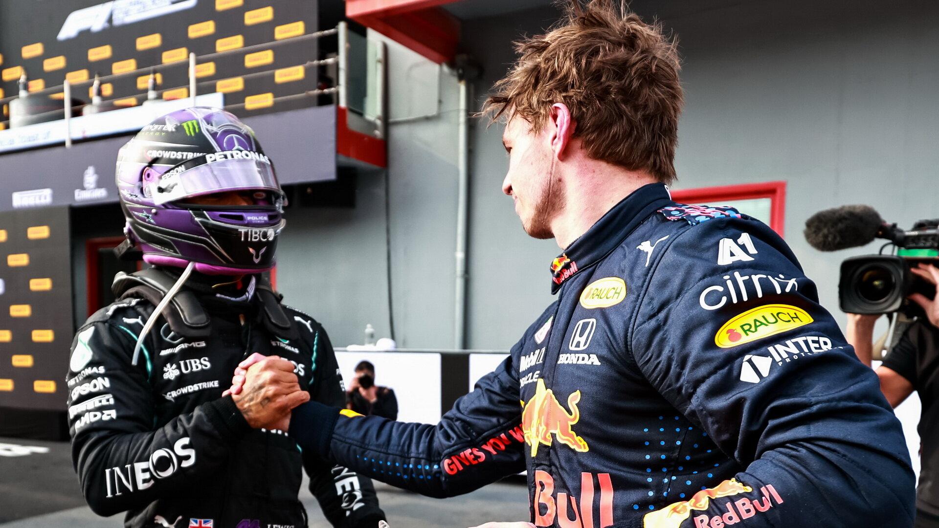 Max Verstappen po závodě gratuluje Lewisovi Hamiltonovi