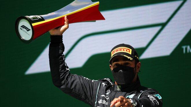 Lewis Hamilton se svou trofejí za prnví místo v závodě v Portugalsku