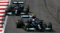 Valtteri Bottas před Lewisem Hamiltonem