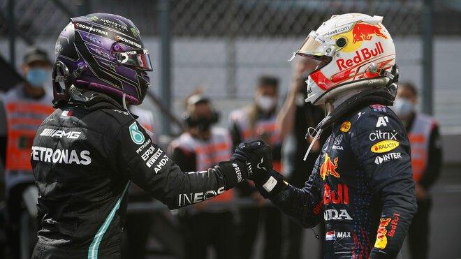 Max Verstappen gratuluje Lewisovi Hamilonovi k vítězství v závodě v Portugalsku