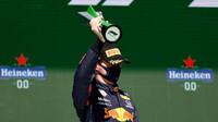 Max Verstappen se svou trofejí za druhé místo - závod v Portugalsku