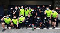 Max Verstappen se svými mechaniky po závodě v Portugalsku