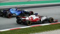 Kimi Räikkönen a George Russell - závod v Barceloně