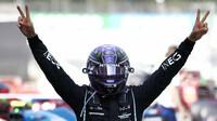 Lewis Hamilton vítězí v závodě v Barceloně