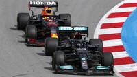 Lewis Hamilton a Max Verstappen - závod v Barceloně