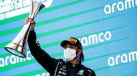 Lewis Hamilton se svou trofejí za první místo v závodě v Barceloně