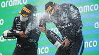 Lewis Hamilton a Valtteri Bottas na pódiu po závodě v Barceloně