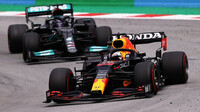 Max Verstappen se v Barceloně dlouho držel před Hamiltonem
