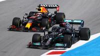 Lewis Hamilton předjíždí Maxe Verstappena
