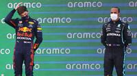 Max Verstappen a Lewis Hamilton na pódiu po závodě v Barceloně