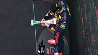 Max Verstappen se svou trofejí za druhé místo po závodě v Barceloně