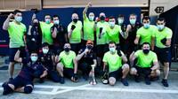 Max Verstappen se svými mechaniky po závodě v Barceloně