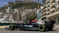 Lewis Hamilton při čtvrtečním tréninku v ulicích Monaka