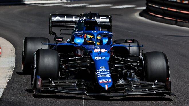 Fernando Alonso s vozem Alpine A521 během tréninku v Monaku