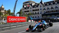 Fernando Alonso při čtvrtečním tréninku v ulicích Monaka