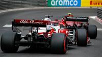 Kimi Räikkönen pronásledující Ferrari