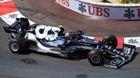 Pierre Gasly v závodě v Monaku