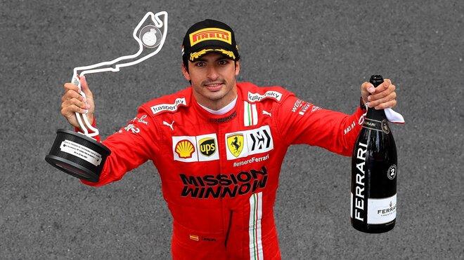 Carlos Sainz se svou trofejí za druhé misto po závodě v Monaku