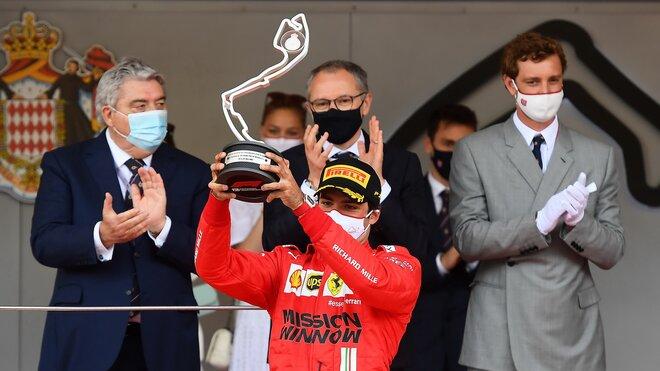 Carlos Sainz se svou trofejí za druhé místo po závodě v Monaku