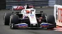 Nikita Mazepin v závodě v Monaku