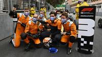 Mechanici Landa Norrise se radují z třetího místa po závodě v Monaku