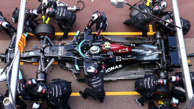 Práce na Mercedesu v boxech