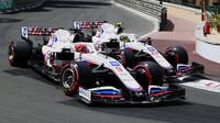 Mick Schumacher a Nikita Mazepin v závodě v Monaku