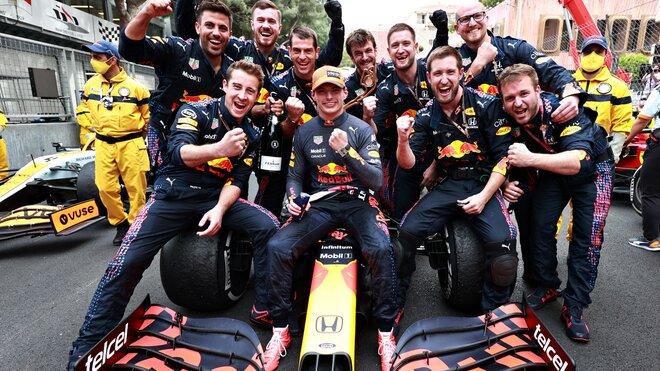 Max Verstappen slaví své první vítězství v Monaku