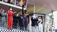 Max Verstappen se svou trofejí za první místo po závodě v Monaku