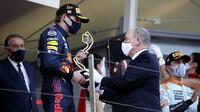 Max Verstappen přijímá trofej za první místo po závodě v Monaku