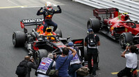 Max Verstappen se raduje z vítězství po závodě v Monaku