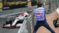 Antonio Giovinazzi v závodě v Monaku