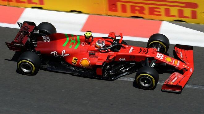 Carlos Sainz během kvalifikace na Velkou cenu Ázerbájdžánu