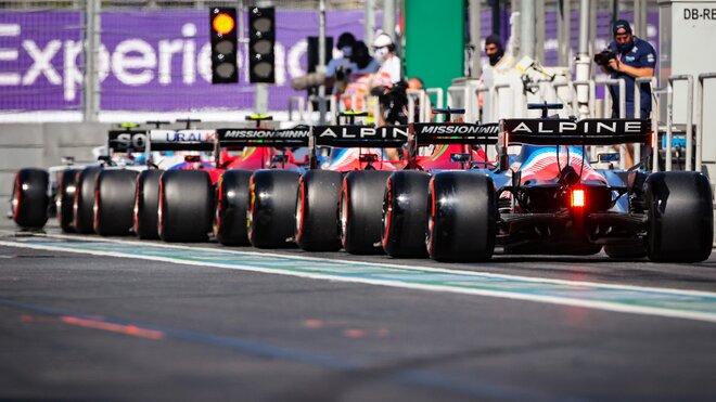Monoposty F1 čekající za sebou