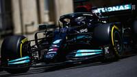 Lewis Hamilton v sobotu vybojoval místo v první řadě na roštu vedle Charlese Leclerca