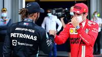 Lewis Hamilton gratuluje Charlesovi Leclerkovi po kvalifikaci v Baku