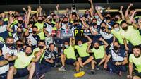 Oslavy tým Alpha Tauri po závodě v Baku