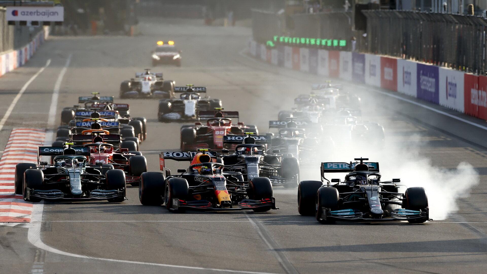 Lewis Hamilton po restartu chybuje