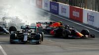 Lewis Hamilton probrzdil restart - závod v Baku