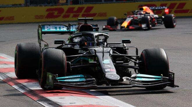 Lewis Hamilton v Baku před Maxem Verstappenem