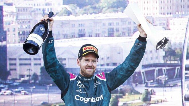 Sebastian Vettel se svou trofejí za druhé místo po závodě v Baku