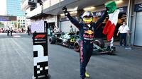Sergio Pérez se raduje z prvního místa po závodě v Baku
