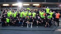 Tým Red Bull slaví vítězství po závodě v Baku