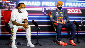 Lewis Hamilton a Max Verstappen na tiskovce po závodě ve Francii