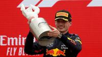 Max Verstappen se svou trofejí za prnví místo po závodě ve Francii