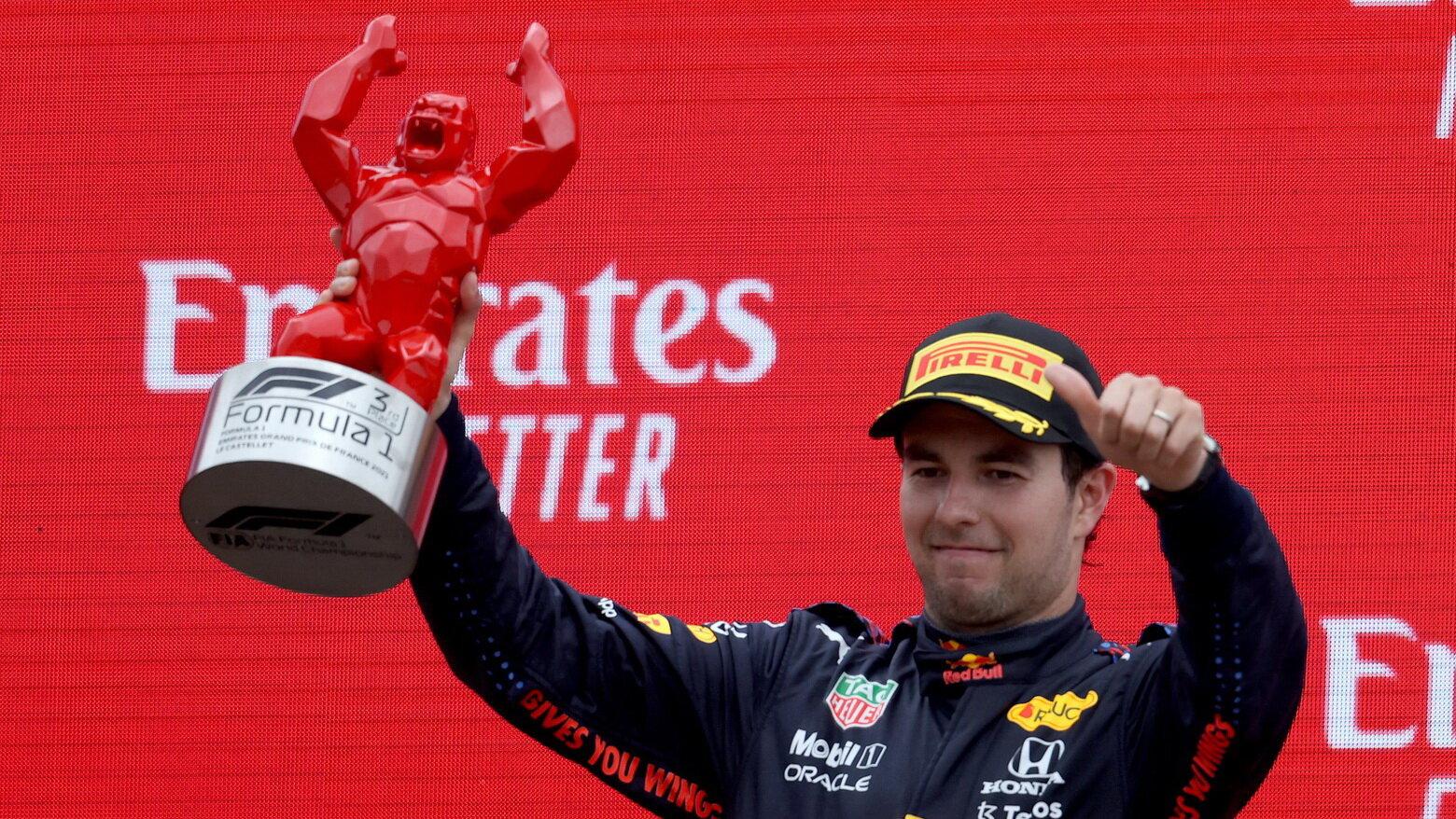 Sergio Pérez se svou trofejí za třetí místo po závodě ve Francii